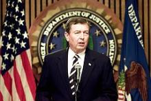 Den amerikanske justitsminister, John Ashcroft holder sin daglige briefing angående terrorplaner i FBI bygningen, 18. september 2001 i Washington.