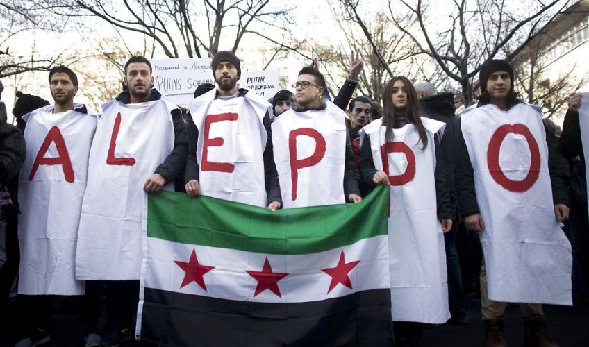 demonstranter med banner om Aleppo